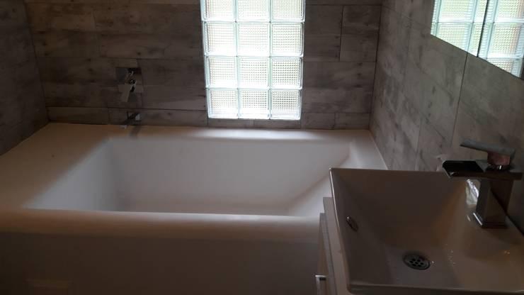 tina en cemento: Baños de estilo  por Brand  Aquitecto interiorista