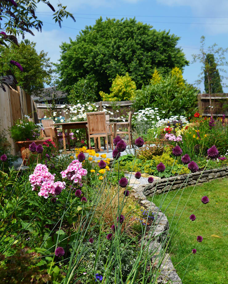 Family garden Surrey:  Front yard by 1 to one garden design, Eclectic