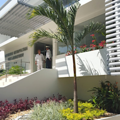 Tropical style clinics by ecoexteriores Ltda Tropical