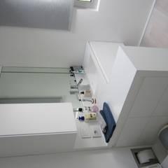 minimalistic Bathroom by CARLO CHIAPPANI  interior designer