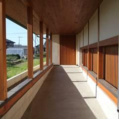 Corredores e halls de entrada  por 田村建築設計工房
