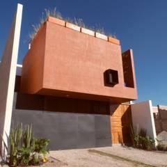 Fachada  principal: Jardines en la fachada de estilo  por Verde Lavanda