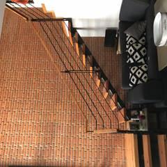 Sala en Doble Altura : Salas de estilo moderno por Urbánica Desarrollos S.A. de C.V.