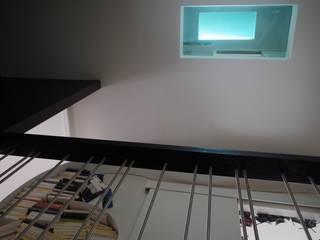 Verticalité: Murs de style  par Christèle BRIER Architechniques