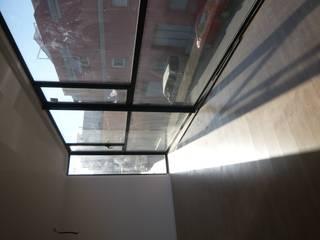 EDIFICIO DE VIVIENDAS EN CARCAIXENT[Valencia] Salones de estilo moderno de CURROMESTREestudio Moderno