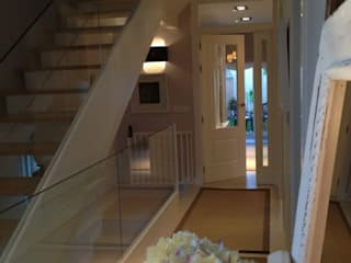 Corredores, halls e escadas clássicos por Celia Crego Clássico