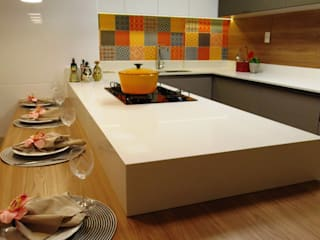 Modern kitchen by Marina Turnes Arquitetura & Interiores Modern