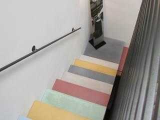 Beton Treppe bunt:  Flur & Diele von Traumraum&beton DESIGN by NONNAST