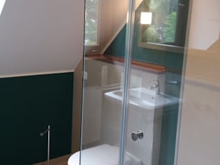 Charakterstarkes Bad unter Dachschräge Moderne Badezimmer von Grandi+Lutze Modern