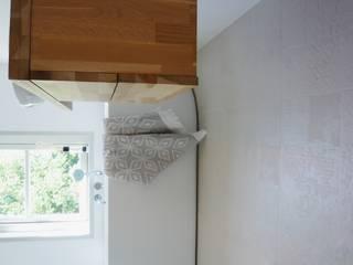 Badkamer onder een schuin dak:  Badkamer door JO&CO interieur