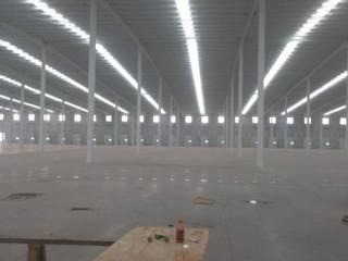NAVE INDUSTRIAL vertikal Espacios comerciales de estilo clásico Aluminio/Cinc Blanco