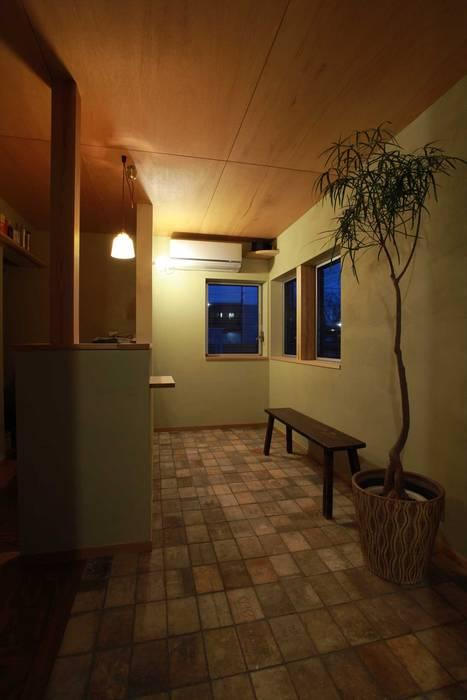 Paredes y pisos de estilo escandinavo de 松デザインオフィス Escandinavo