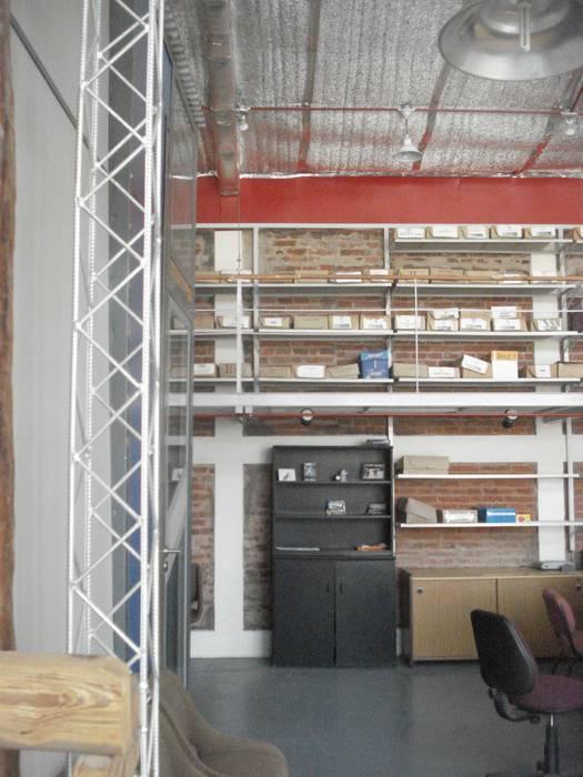 el muro: Estudios y oficinas de estilo moderno por CRISTINA FORNO