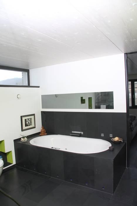 Badewannen verkleidung aus schiefer: badezimmer von traumraum&beton ...