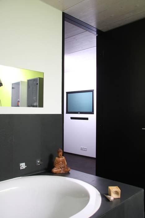 Spionspiegel, schiefer: badezimmer von traumraum&beton design by ...