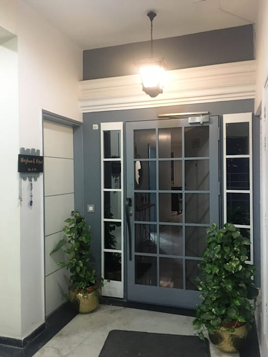 Foyer- Apartment on Golf course extension road, Gurugram Modern style doors by The Workroom Modern
