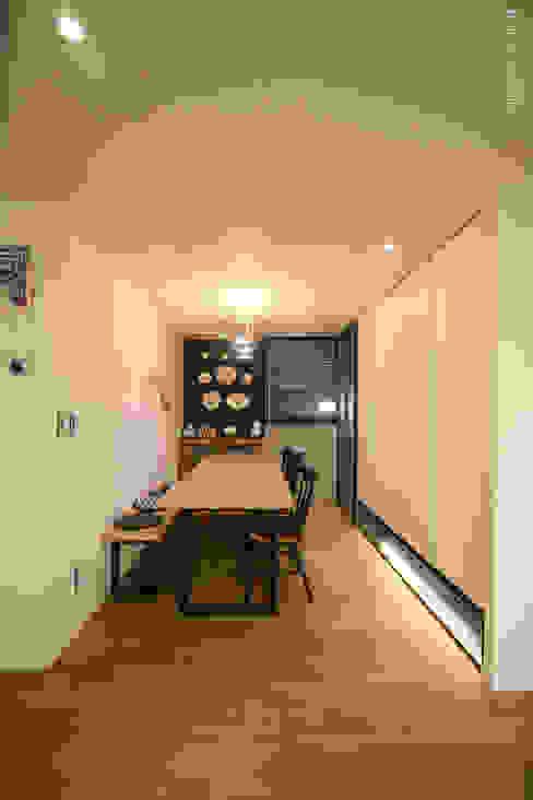 120인치 스크린이 우리집 거실에, 40py 모던한 인테리어 모던스타일 다이닝 룸 by 홍예디자인 모던