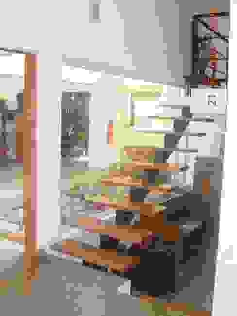 Proyecto Pasillos, vestíbulos y escaleras modernos de renziravelo Moderno