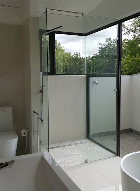 open-plan corner shower Modern style bathrooms by Human Voice Architects Modern