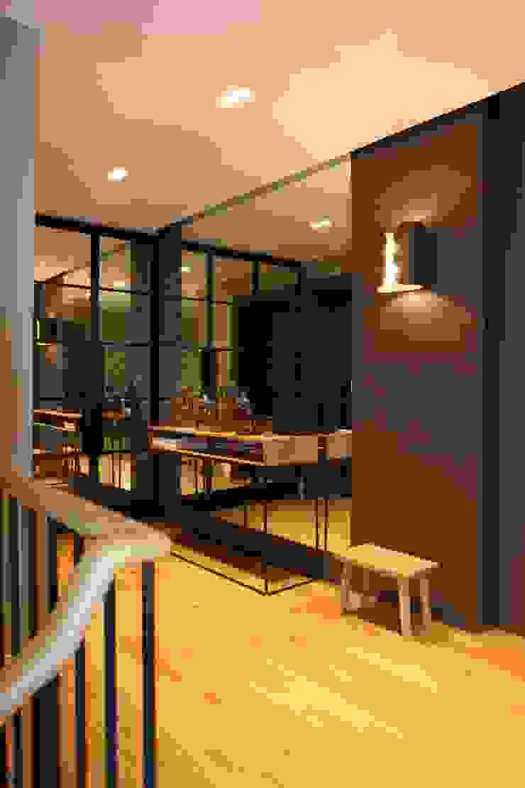 entrance Esra Kazmirci Mimarlik Modern corridor, hallway & stairs Black