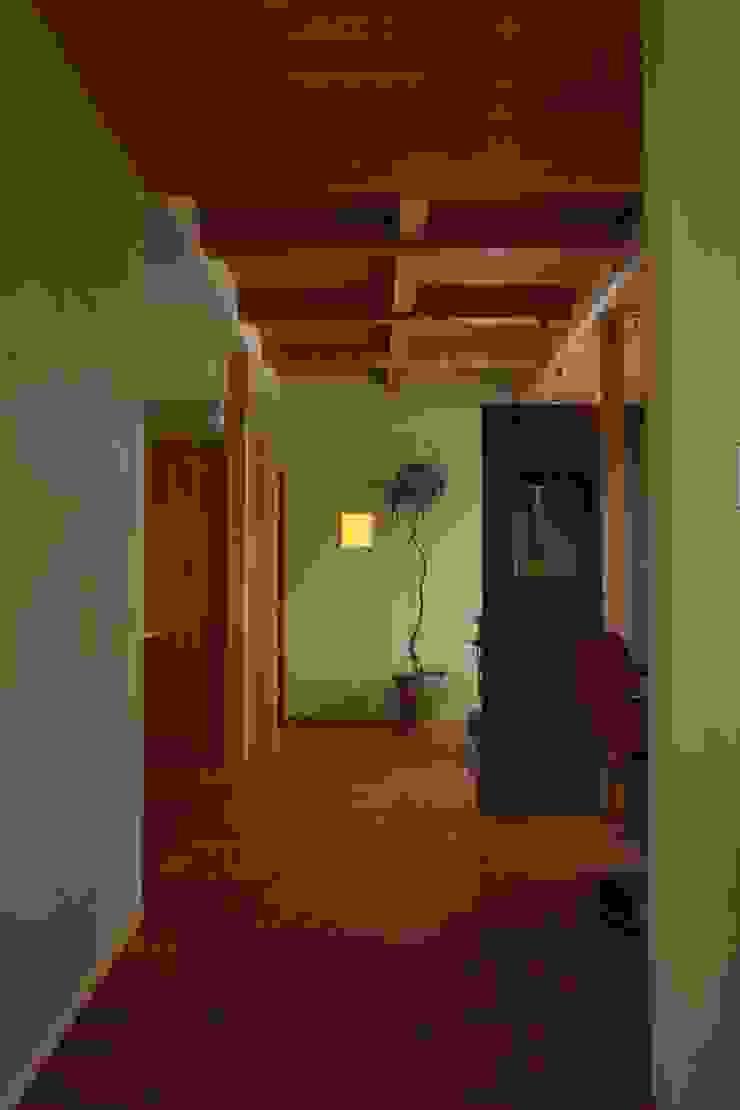 Pasillos, vestíbulos y escaleras escandinavos de 松デザインオフィス Escandinavo