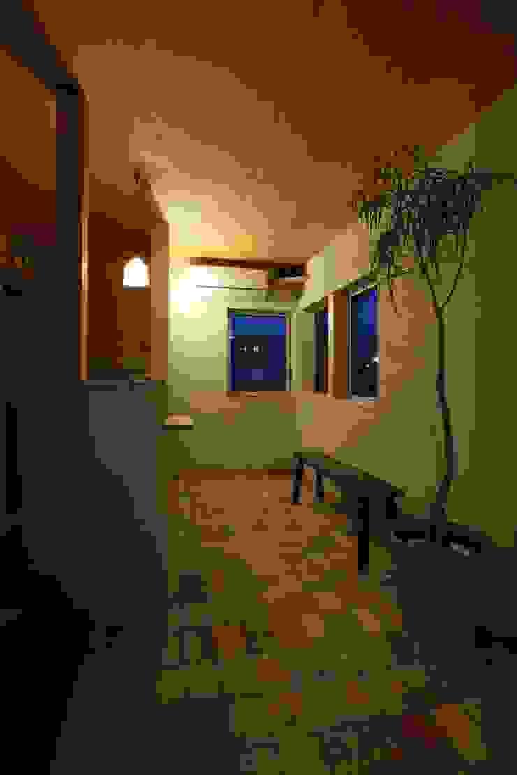 Paredes e pisos escandinavos por 松デザインオフィス Escandinavo