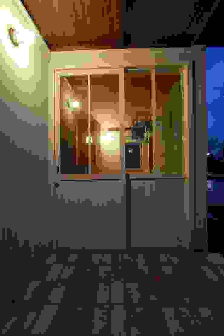 Portas e janelas escandinavas por 松デザインオフィス Escandinavo Madeira Efeito de madeira