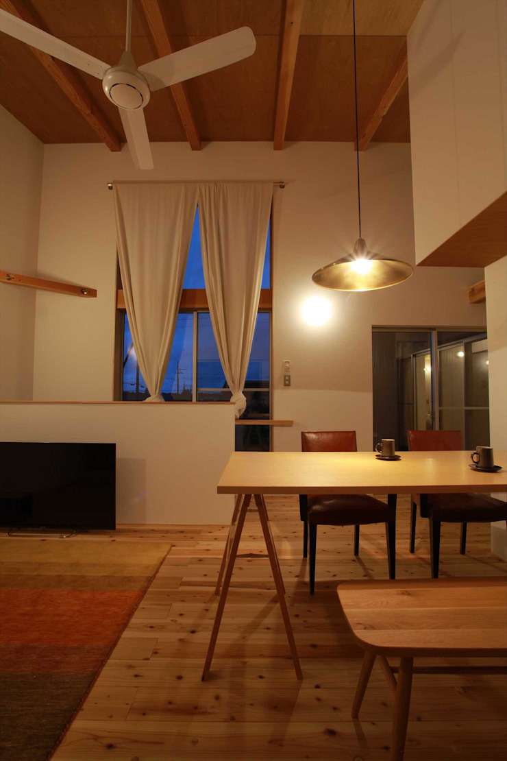 Scandinavian style dining room by 松デザインオフィス Scandinavian