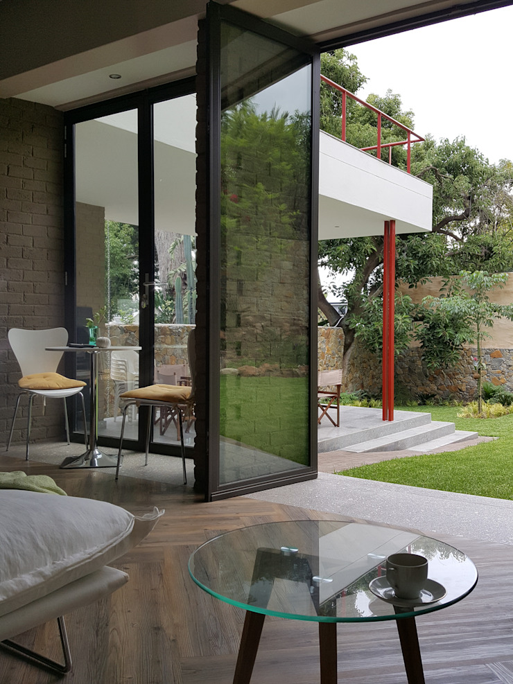 direct contact with garden Modern living room by Human Voice Architects Modern