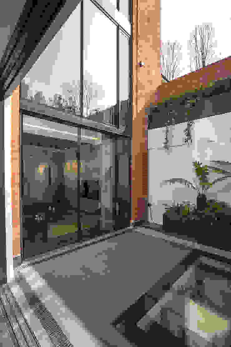 Front courtyard โดย Studio Mark Ruthven โมเดิร์น