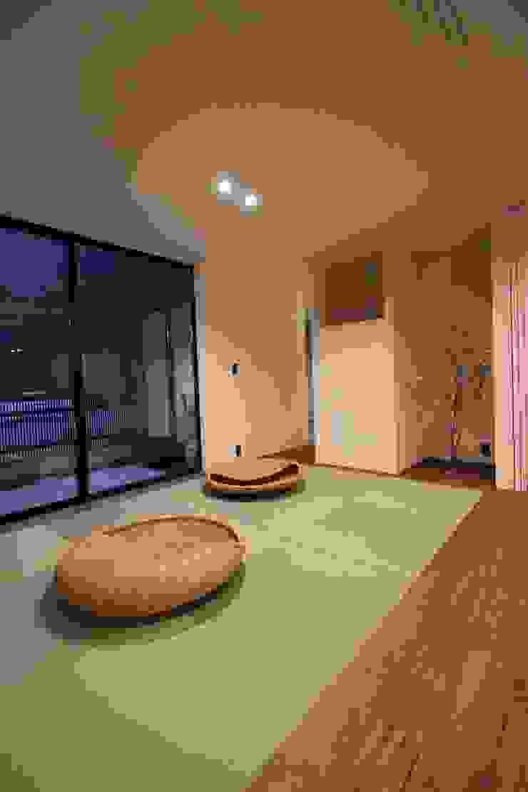 TKD-ARCHITECT Salas de entretenimiento de estilo moderno Madera maciza