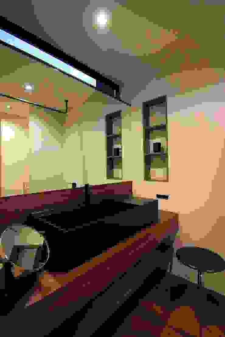 TKD-ARCHITECT Baños de estilo moderno Madera maciza