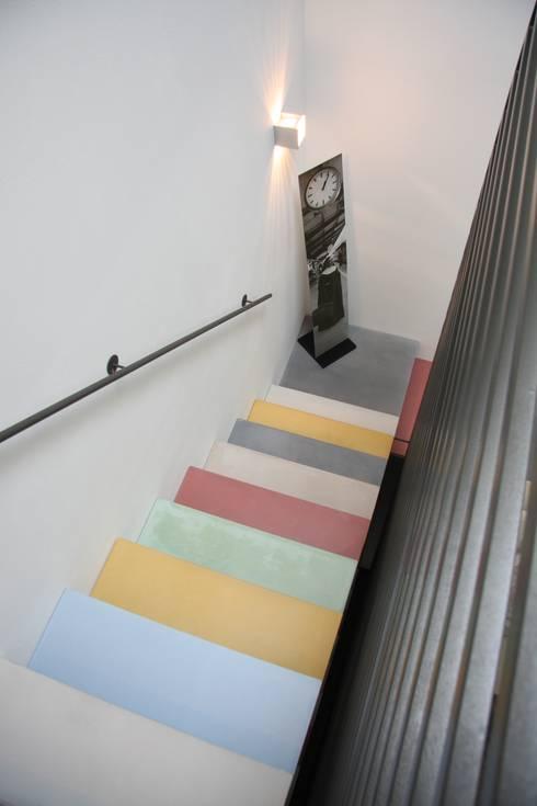 Couloir et hall d'entrée de style  par Traumraum&beton DESIGN by NONNAST