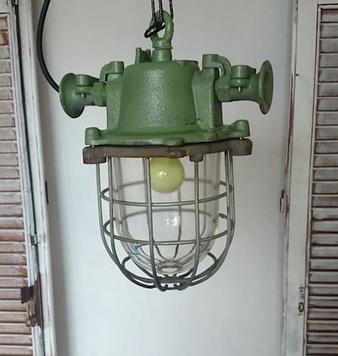 industrial light ,strong metal: industrial Living room by INDUSTRIALHUNTERS