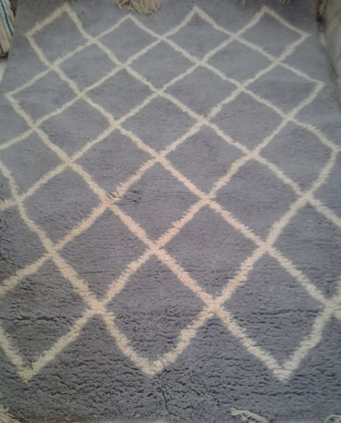 GRAY BENI OURAIN RUG: mediterranean Living room by Africancreates