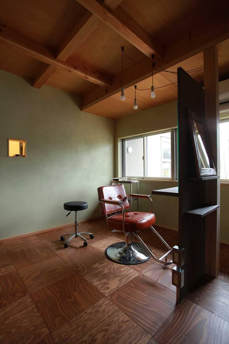 美容室: 松デザインオフィスが手掛けたスパ・サウナです。