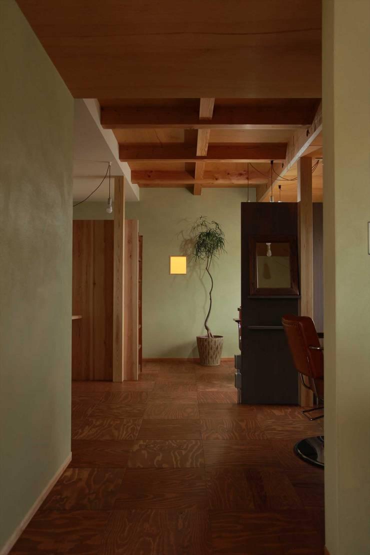 美容室: 松デザインオフィスが手掛けた廊下 & 玄関です。