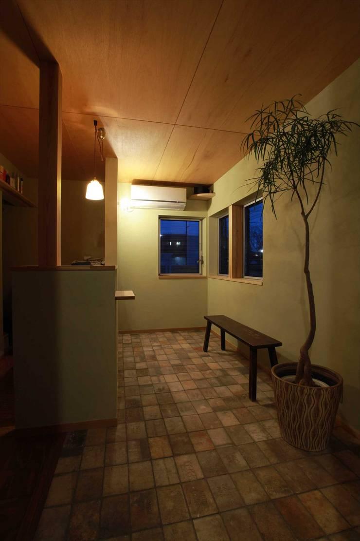待合室: 松デザインオフィスが手掛けた壁です。