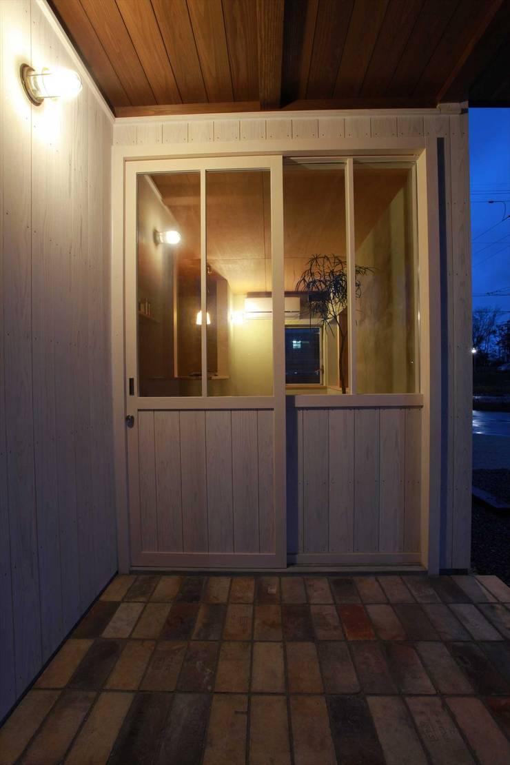 美容室エントランス: 松デザインオフィスが手掛けた窓です。