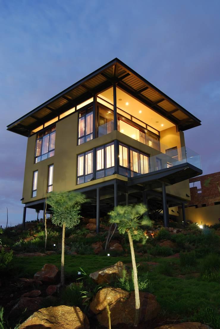 Hillside Haven - Loft House Bassonia:  Multi-Family house by CKW Lifestyle Associates PTY Ltd,
