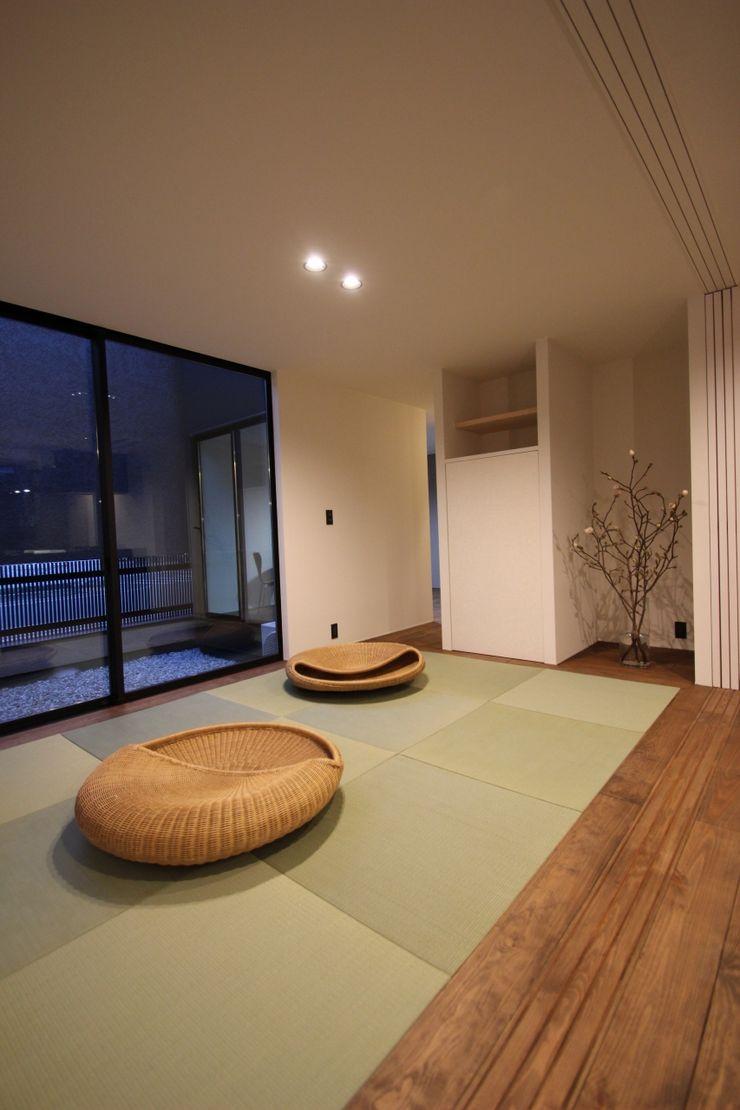 Takahagi no ie TKD-ARCHITECT モダンデザインの 多目的室 無垢材