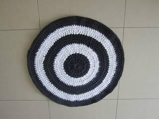 Tapis au crochet en trapilho, style méditerranéen moderne, tapis de salon, entrée ou chambre:  de style  par SONIA MAGALHAES