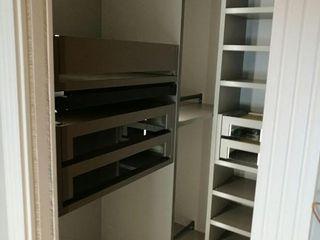 Vestidor con puertas de espejo y estanterías Mobiliario Xikara HogarAlmacenamiento Gris