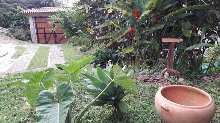 El Chalet reserva: Jardines frontales de estilo  por Brand  Aquitecto interiorista