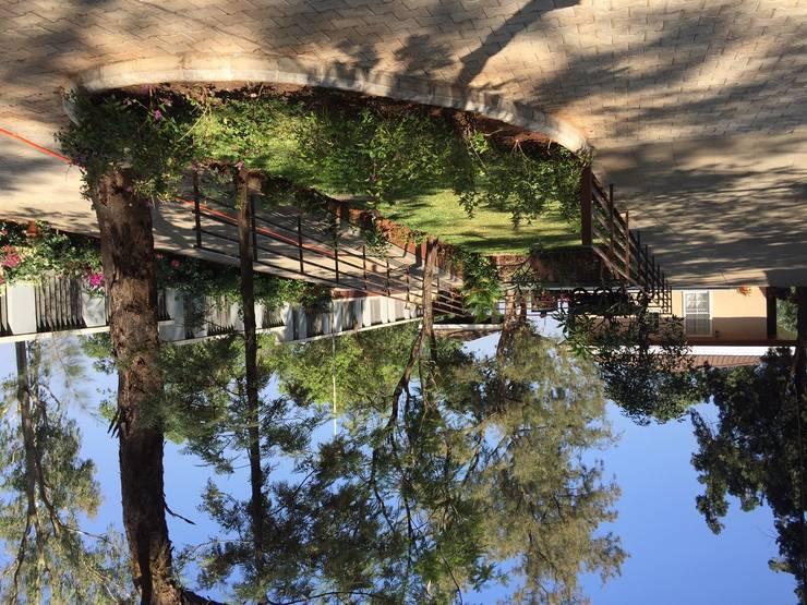 Villa,Panchgani:  Garden by Ground 11 Architects