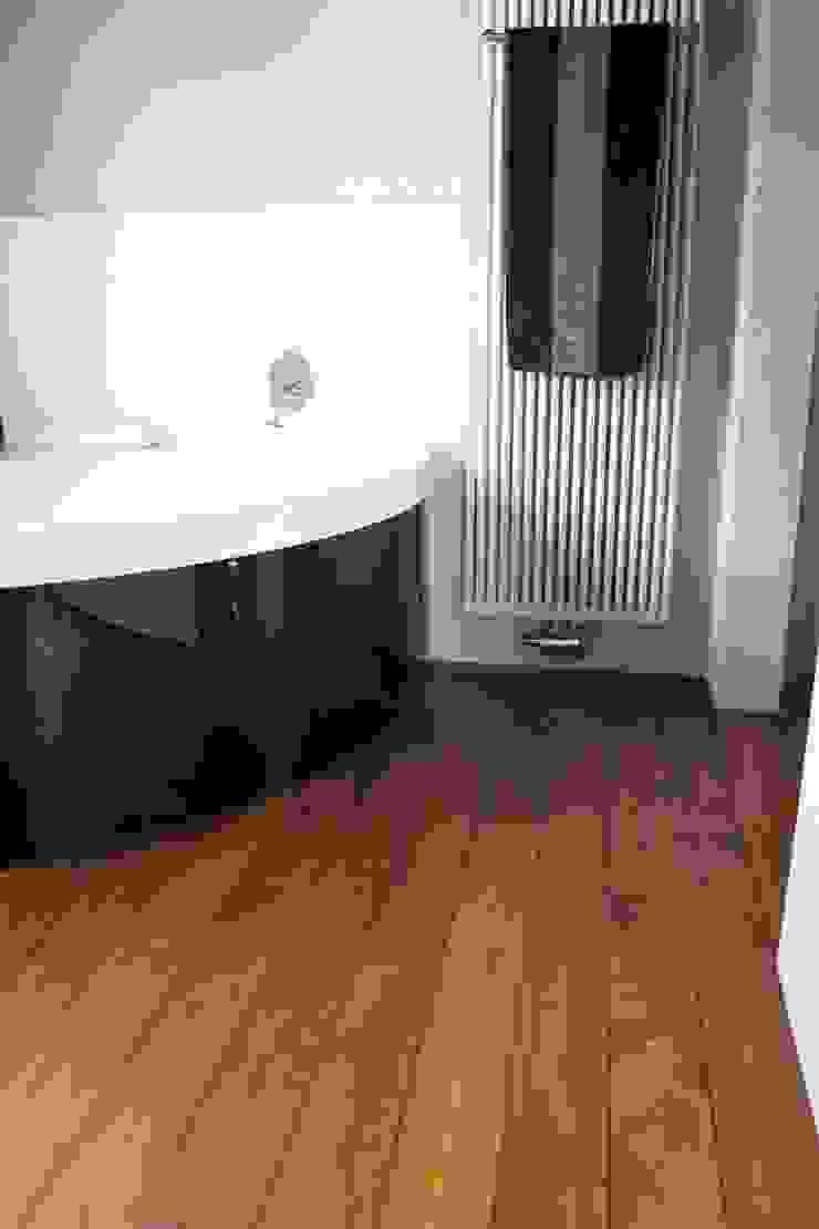 Parkett im Bad - hier mit Badewanne Stumpf Parkett GmbH Moderne Badezimmer Holz Braun