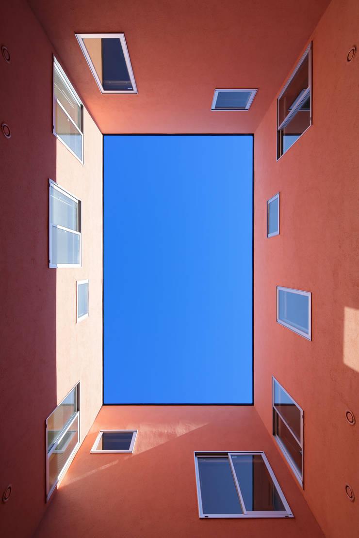 KMA しかくい空: 板元英雄建築設計事務所が手掛けたテラス・ベランダです。