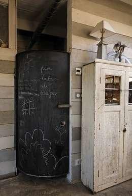 Porte avec peinture tableau noir: Cuisine de style de style eclectique par Tabary Le Lay
