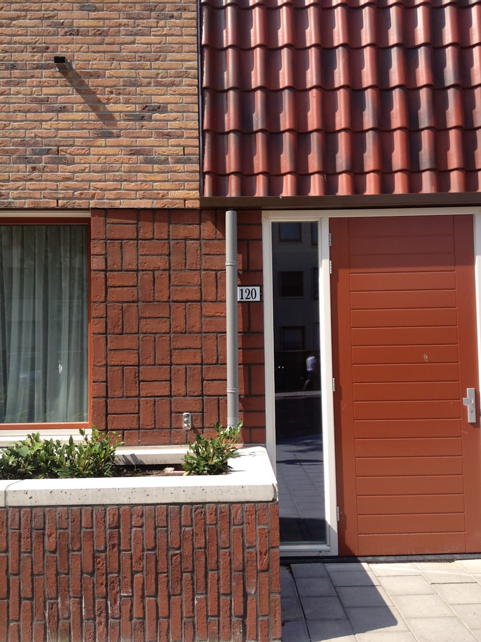 One of the entrances, used for the protected housing: moderne Huizen door PAA  Pattynama Ahaus Architectuur