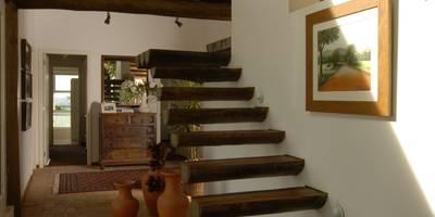 Pasillos, vestíbulos y escaleras de estilo rústico de Carmen Saraiva Arquitetura